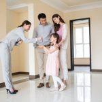 家族に鍵を出す女性